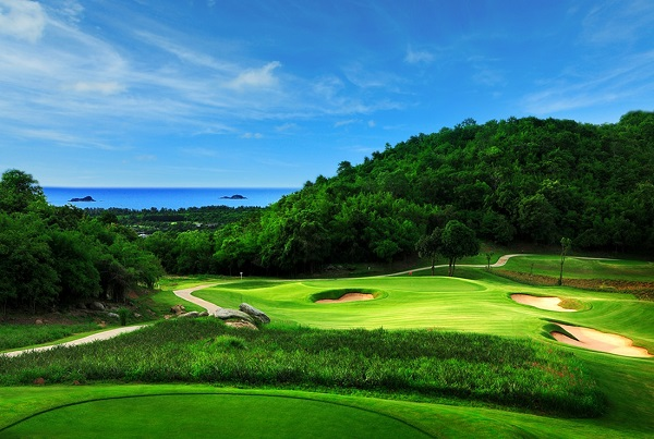 Par 3 with hills and ocean in the background at Banyan Golf Club
