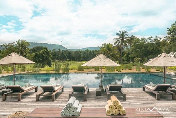 Swimmingpool at Kirimaya Golf Resort & Spa